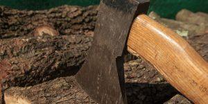 Holz schlagen mit der Axt
